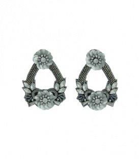 Zilvergrijze oorbellen met bloemvormen en strass steentjes