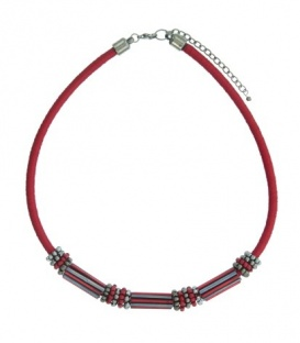 Rode korte koord halsketting met mooie elementen