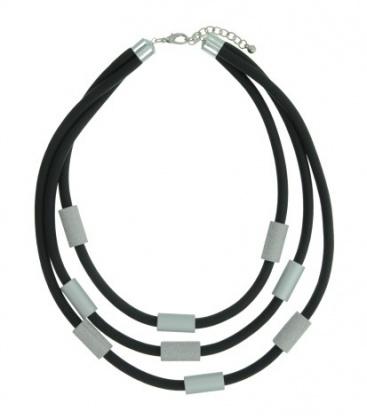 Prachtige zwarte korte rubberen halsketting met zilverkleurige elementen