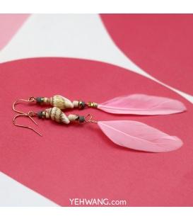 Roze oorbellen met schelp en veer
