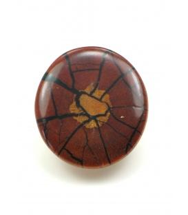 Ronde bruin rode oorclips met houtmotief.