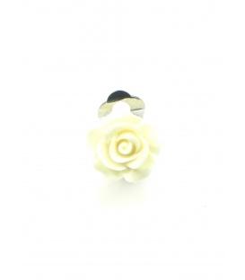 Creme kleurige oorclips in de vorm van een roosje