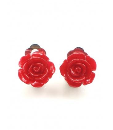 Donker rode oorclips in de vorm van een roosje