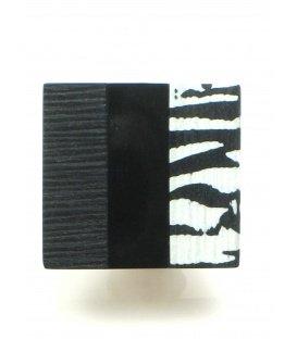 Vierkant zwarte oorclip met zebra accenten