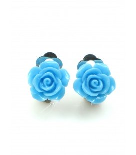 Lichtblauwe oorclips in de vorm van een roosje