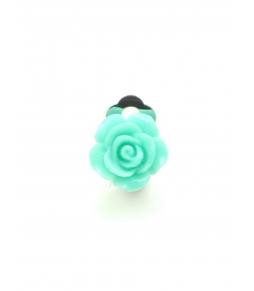 Zee groene oorclips in de vorm van een roosje