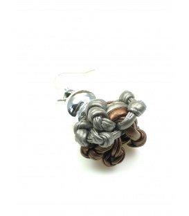 Oorbellen met grijs bruine knoop in zilverkleurige zetting
