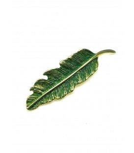 Mooie groene met goudkleurige broche in bladvorm