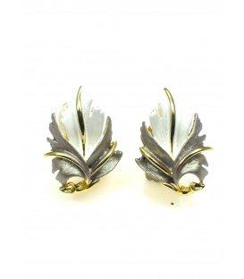 Zeer mooie bladvormige oorclips met witte, toupe en goudkleurige accenten