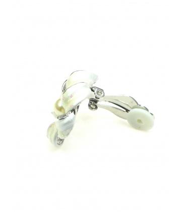 Bloemvormige oorclips met creme witte blaadjes en parel hartje