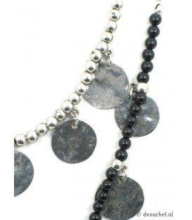 Zilverkleurige halsketting met metalen bedeltjes