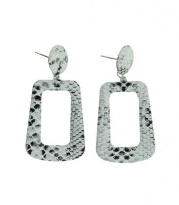 Witte hoekige oorbellen met slangehuid print