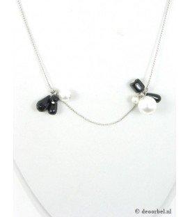 Zilverkleurige koordhalsketting met zwarte en witte kunstparels