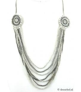 Zilverkleurige halsketting van kleine kraaltjes
