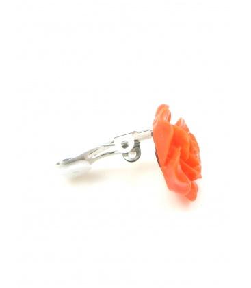Oranje oorclips in de vorm van een roosje.