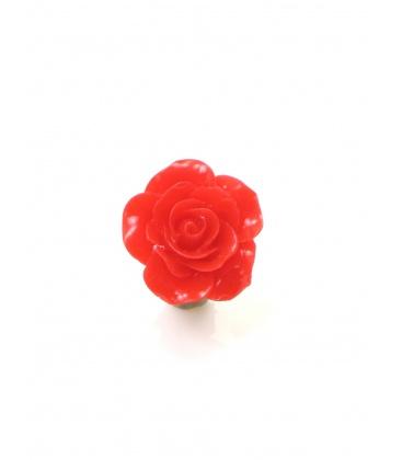 Rode oorclips in de vorm van een roosje