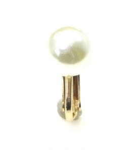 Witte kunstparel oorclips met goudkleurige clip. Diameter van de kunstparel is 1,2 cm.
