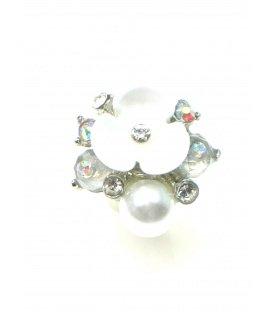 Oorclips met witte bloem, kleine parel en strass steentjes