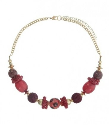 Rood gekleurde korte halsketting van mooie kralen met een goudkleurige ketting