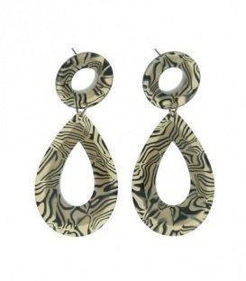 Beige oorbellen met een ovale hanger