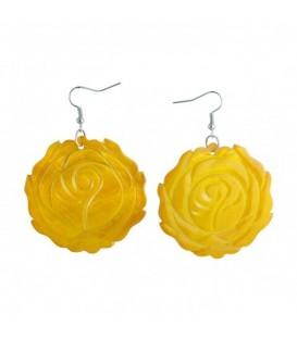 Oorbellen van geel parelmoer met bloemmotief