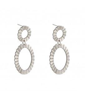 Zilverkleurige oorbellen met een ribbelig patroon