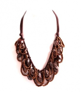 Bruine korte koord halsketting met lussen van kleine kraaltjes en bruine elementen