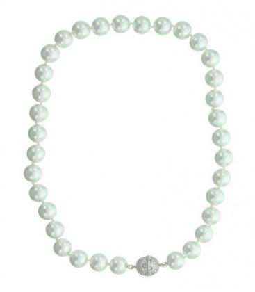 Witte parelketting met magneetsluiting. Lengte van de halsketting is 40 cm.