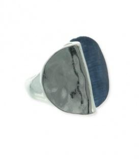 Ring van metaal met blauw en zilverkleurige deel