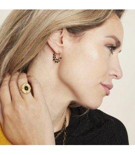Goudkleurige oorbellen met witte glaskralen