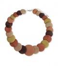 Mooie oranje gekleurde korte halsketting met ronde houten schijven