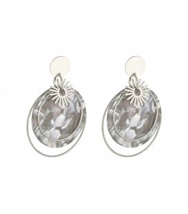 Oorbellen met zilverkleurige ring en bedels in grijs en wit