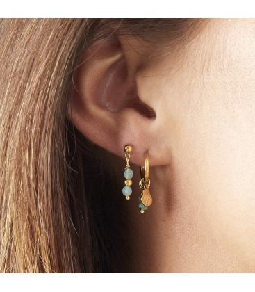 Goudkleurige oorbellen met een roze natuursteentje en bedel