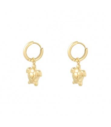 Goudkleurige oorbellen met een bedel in de vorm van een schildpad