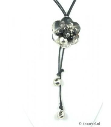 Mooie koordhalsketting met metalen hanger en kralen