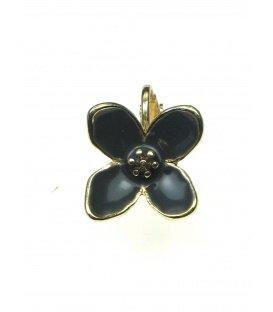 Oorclips in de vorm van een bloem met grijs zwarte inkleuring
