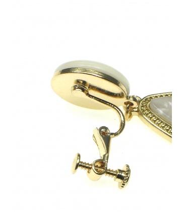 Mooie langwerpige oorclips met wit beige gekleurde inleg