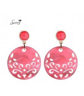 Roze oorbellen met een mooi motief in de hanger