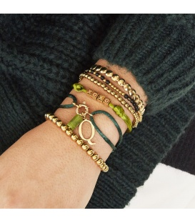 Licht groene satijnen armband met goudkleurige vierkante kralen met XOXO