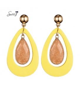 Mooie oorbellen met een leren ovale gele hanger met daarin een bruine steen