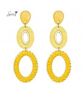 Oorbellen gemaakt van drie gele kunststof ringen