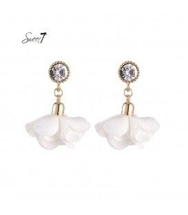 Witte oorbellen met heldere strass steen en een stoffen bloem