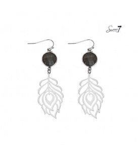 Zilverkleurige oorbellen met als hanger een blad en een grijs steentje