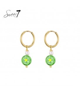 Goudkleurige oorringen met een groene murano glas kraal en zoetwaterparel