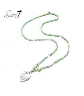 Lange groene ketting met kralen en zilverkleurige hanger