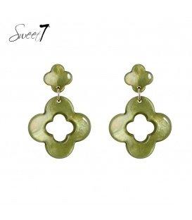 Groene oorbellen met klavervormige hanger