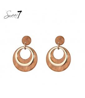Bruine oorbellen met ronde hanger en goudkleurig detail