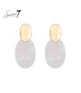 Witte ovale oorhangers met een goudkleurig oorstukje