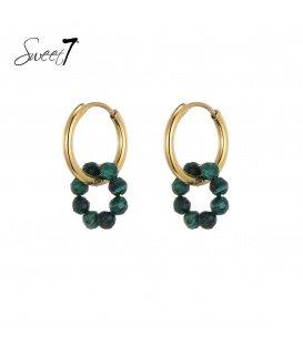 Goudkleurige oorringen met een ring van groene steentjes