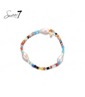 Elastische armband met gekleurde kraaltjes en drie parels